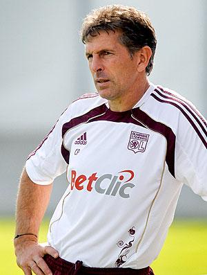 Claude Puel técnico do Lyon no treino (Foto: Reuters)