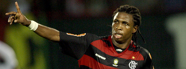diego mauricio comemora gol do flamengo contra o atlético-go