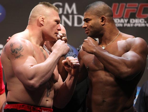 UFC 141 - encarada entre Brock Lesnar e Alistair Overeem (Foto: Getty Images)