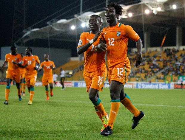 Wilfried Bony e Max Gradel comemora gol da Costa do Marfim sobre Angola (Foto: AP)