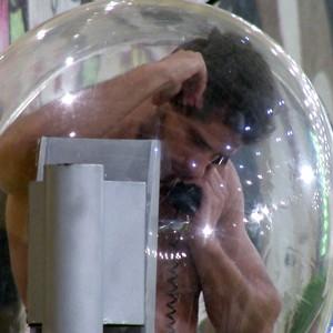 Elieser atende ao Big Fone e dá imunidade para Kamilla (BBB / TV Globo)