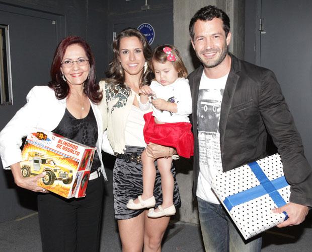 Malvino Salvador ganha brinquedos de infância de sua mãe (Foto: Domingão do Faustão/TV Globo)