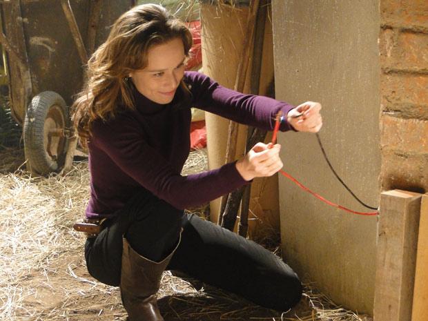 Clara planeja incêndio com fios desencapados e latas de gasolina