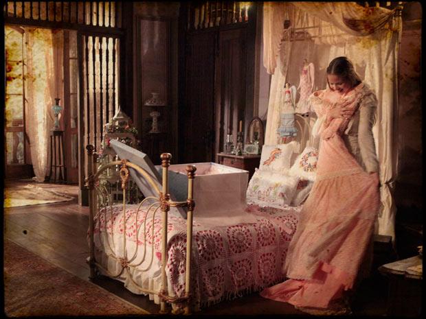 Objetos romântico compõem o quarto de Antônia, personagem de Luiza Valdetaro
