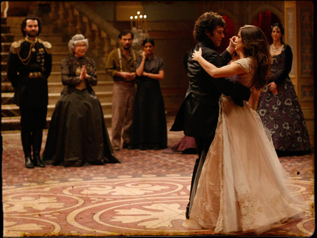 Todos ficam encantados vendo o casal dançar (Foto: Cordel Encantado/Tv Globo)