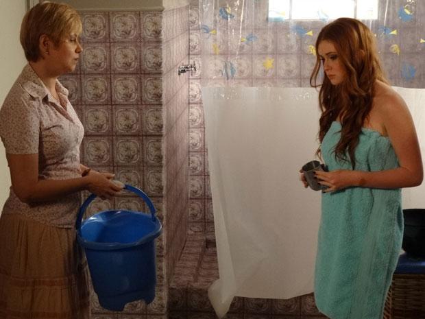 Alice é obrigada a tomar banho de canequinha (Foto: Morde & Assopra / TV Globo)