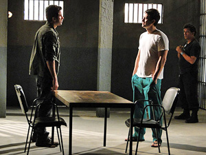 Pedro visita Léo na prisão e dá soco no irmão (Insensato Coração/ TV Globo)