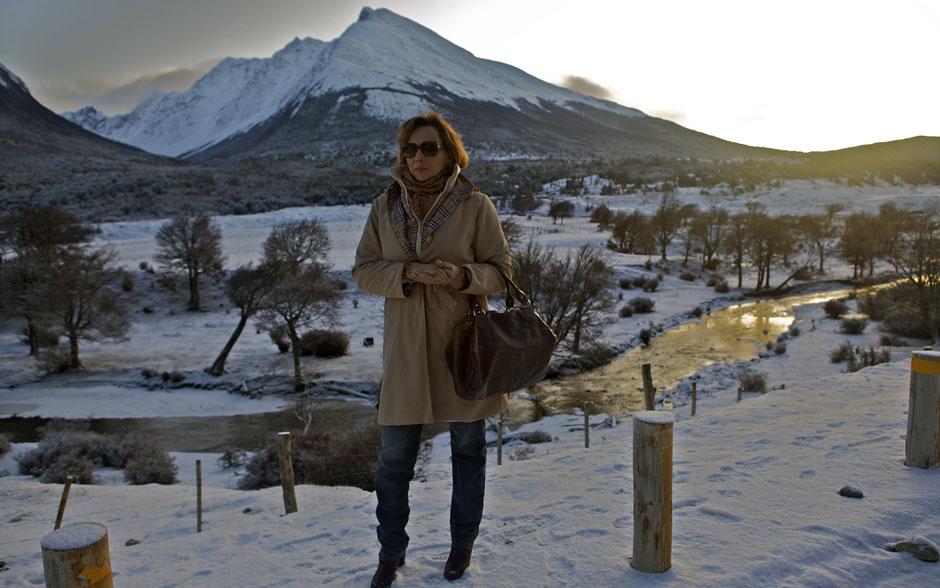 Sempre elegante, Eva (Ana Beatriz Nogueira) aposta em um sobretudo para amenizar o frio