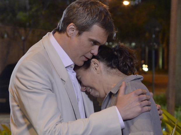 Griselda chora nos ombros de René Velmont (Foto: Fina Estampa/TV Globo)