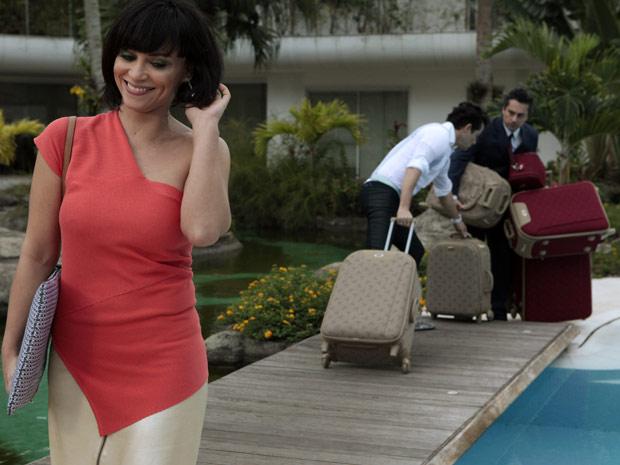 Marcela chega à mansão cheia de malas (Foto: Fina Estampa / TV Globo)