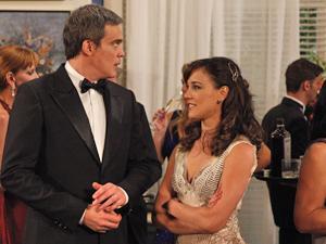 René fica pasmo ao ver a esposa voltando à festa de mãos dadas com Íris (Foto: Fina Estampa/TV Globo)