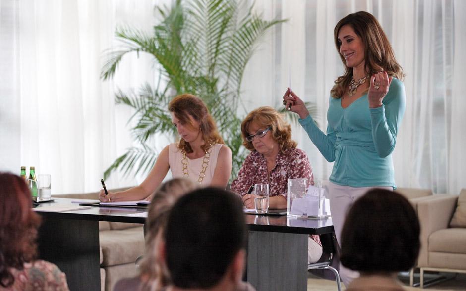 Tereza Cristina se reúne com os vizinhos para convencê-los a impedir que a família Pereira se mude para o condomínio