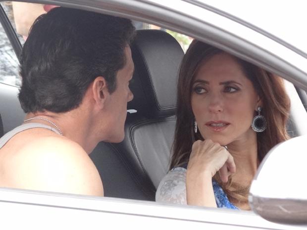 A perua fica horrorizada com a proposta do segurança (Foto: Fina Estampa/TV Globo)