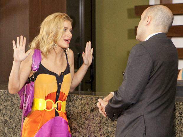 Teodora volta atrás e aceita trabalhar como faxineira para lutar por Quinzinho.