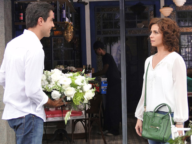 Claudia descobre que Vicente será pai