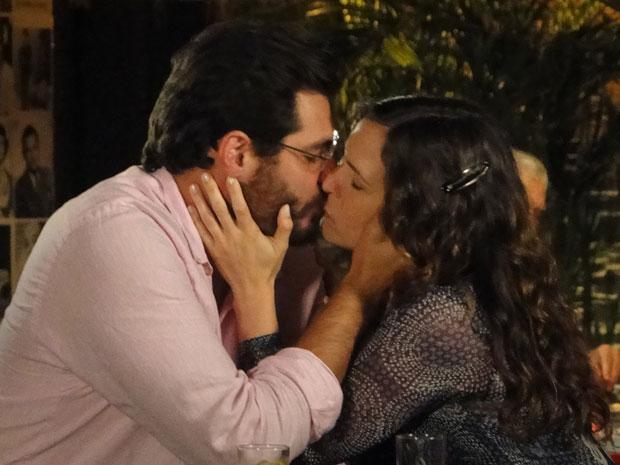 Laura toma a iniciativa e beija Lúcio pela primeira vez (Foto: A Vida da Gente - Tv Globo)