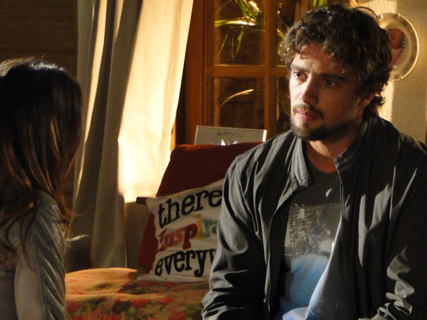 Rodrigo tenta dissuadi-la e se revolta (Foto: A Vida da Gente - TV Globo)