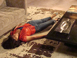 Chiara desmaia no apartamento de Juan Guilherme (Foto: Fina Estampa/TV Globo)