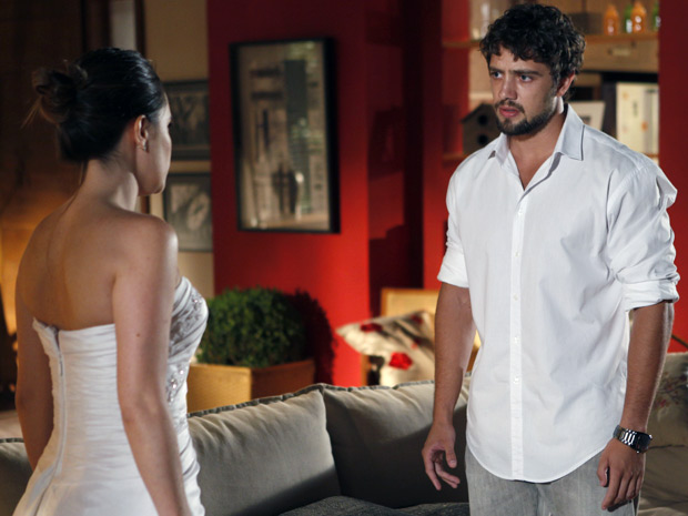 Ana diz que o ex não tem o direito de pedir nada e manda ele ir embora (Foto: A Vida da Gente / TV Globo)