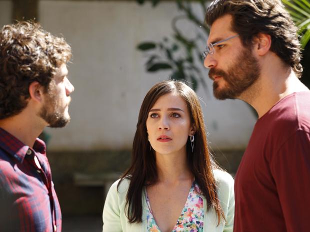 Manu tenta acabar com a discussão (Foto: A Vida da Gente/ TV Globo)