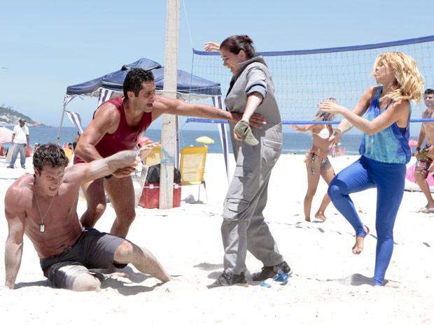 Griselda consegue derrubar Ferdinand com ajuda de Teodora (Foto: Fina Estampa/TV Globo)