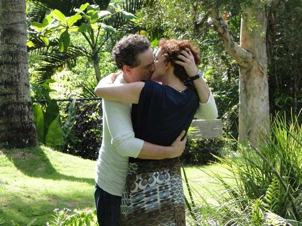 Paulo não resiste e beija Esther (Foto: Fina Estampa / TV Globo)