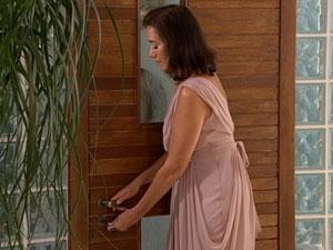 Griselda tranca a porta pelo lado de fora (Foto: Fina Estampa/ TV Globo)