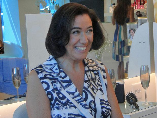Sorridente, Griselda comemora o novo visual após cortar o cabelo (Foto: Fina Estampa/TV Globo)