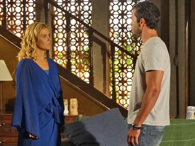 Teodora se emociona ao contar para Quinzé que vai embora (Foto: Fina Estampa/TV Globo)