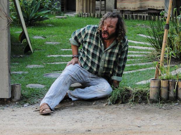 Álvaro cai após ser atropelado pela perua (Foto: Fina Estampa / TV Globo)