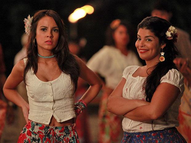 Valéria olhando Carlos e Miriam, cheia de ciúmes (Foto: Amor Eterno Amor/TV Globo)