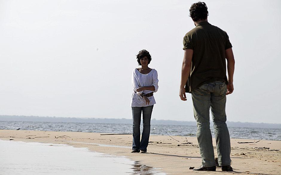 Miriam aposta em roupas claras para aguentar o calor do Pará. Aqui, ela usou um blusão branco com calça jeans
