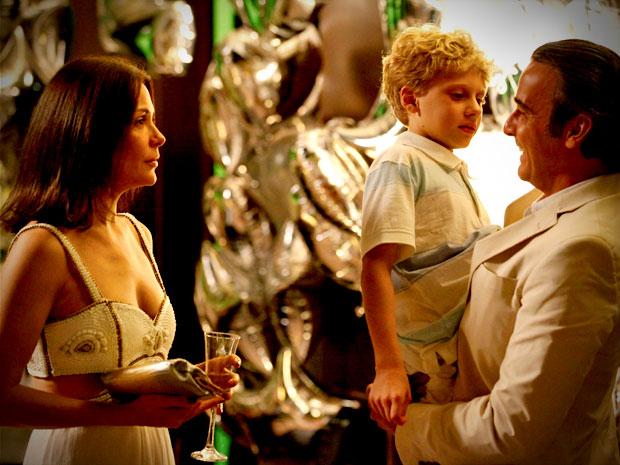Primeiro ela o flagra com o filho no colo (Foto: Avenida Brasil/ TV Globo)