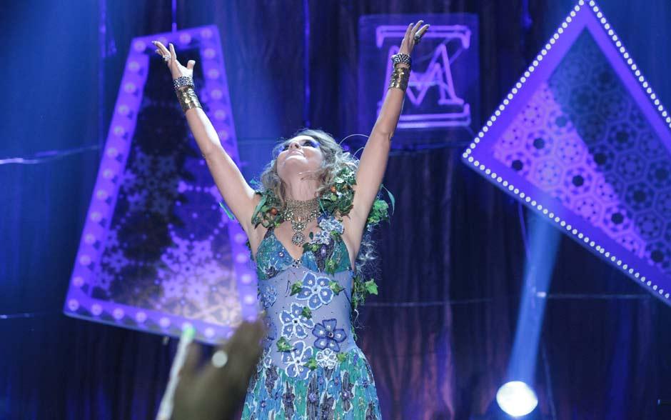 Exuberãncia, presença de palco, muita cor e brilho: Chayene é poderosa!