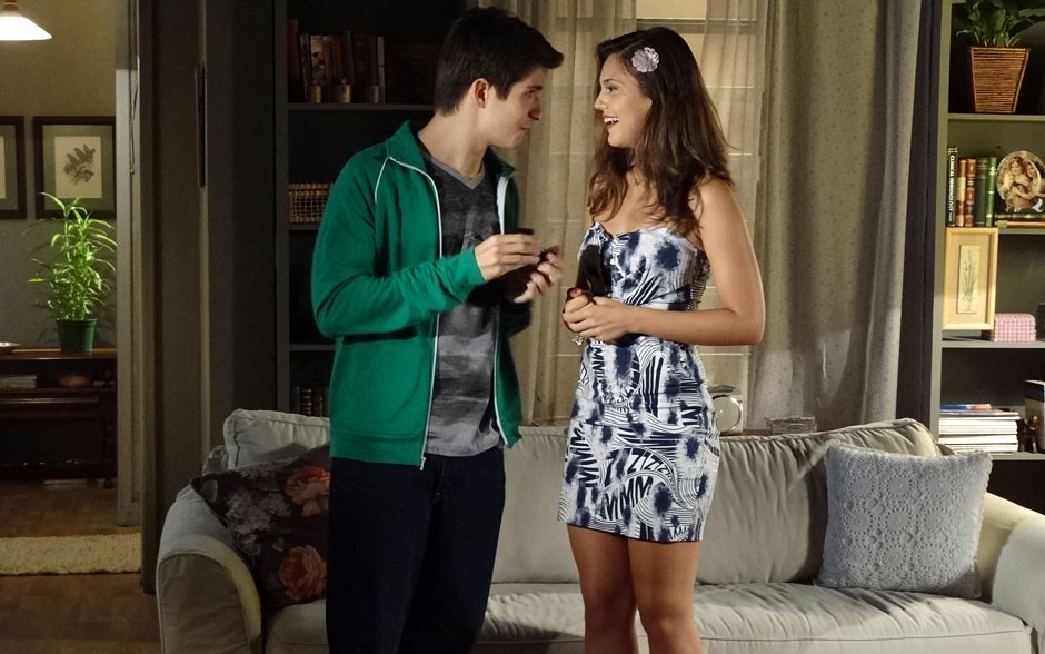 Laís caprichou no look para o jantar de noivado e escolheu um vestido justo estampado. Julinho também deu destaque ao visual com jaqueta de moletom verde