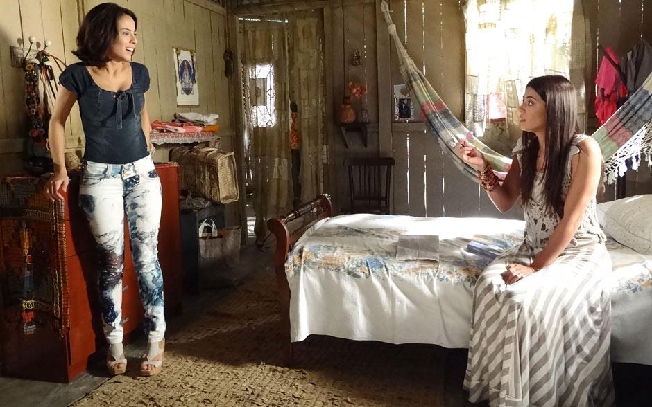 Valéria escolheu um look sensual todo em jeans e Jacira é adepta de roupas neutras e de materiais naturais