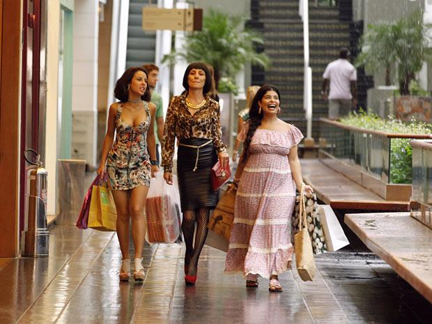 As marajoaras são só sorrisos ao passear no shopping (Foto: Amor Eterno Amor/TV Globo)