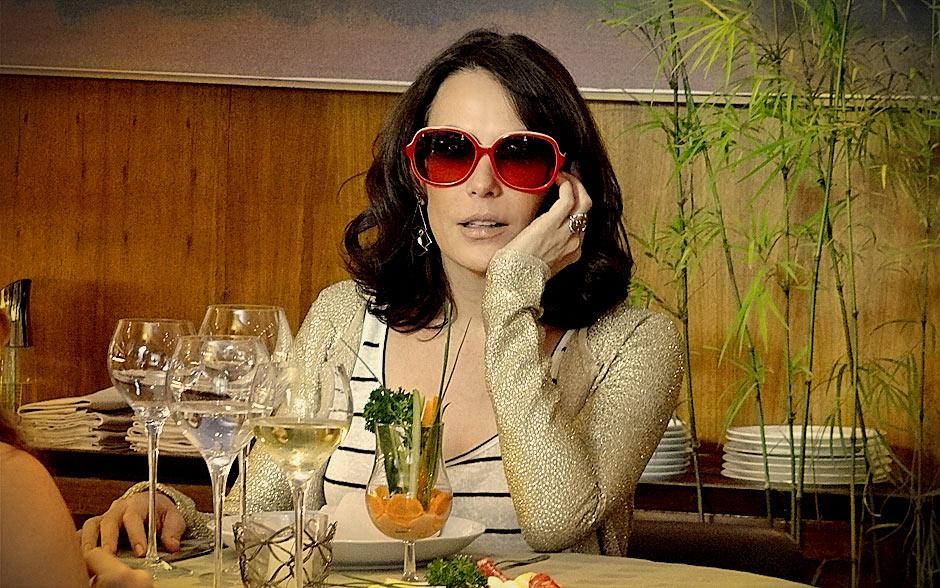 Em almoço com Verônica, socialite ousou com blusa listrada e casaquinho brilhoso. Sem falar nos óculos extravagantes