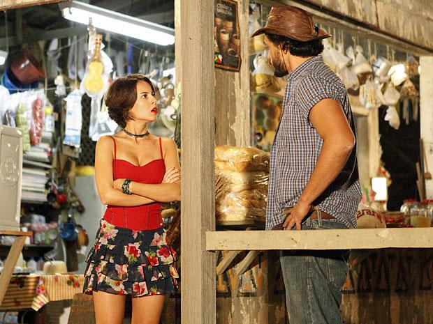 Valéria manda Josué ficar plantado em Vila dos Milagres (Foto: Amor Eterno Amor/TV Globo)