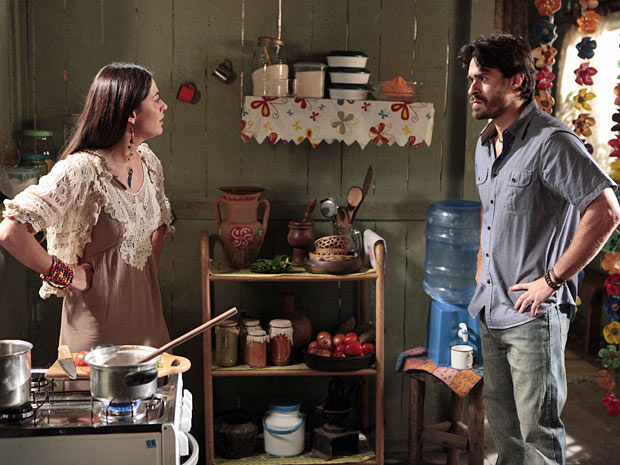 Jacira explode com o marido (Foto: Amor Eterno Amor/TV Globo)