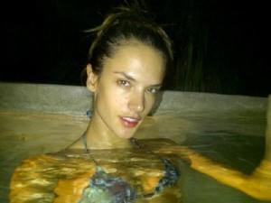 Alessandra Ambrósio em piscina de hotel em Cancun, no México (Foto: Twitter/ Reprodução)