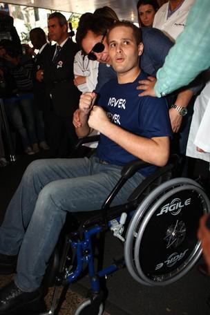 O cantor Pedro Leonardo saindo do Hospital (Foto: Iwi Onodera / EGO)