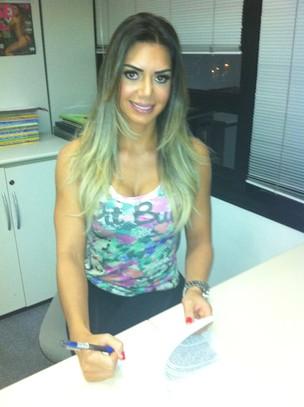 """Graciella assinando contrato com a """"Sexy"""" (Foto: Cacau Oliver/Divulgação)"""