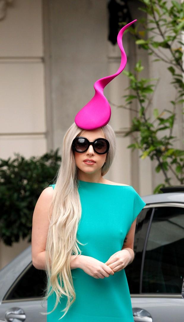Lady Gaga: mais um chapéu inusitado (Foto: Getty Images)