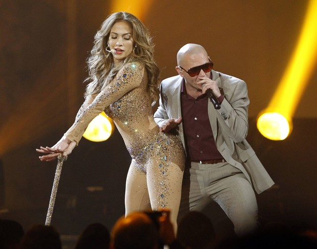Jennifer Lopez se apresenta com Pitbull no American Music Awards em Los Angeles, nos Estados Unidos (Foto: Reuters/ Agência)