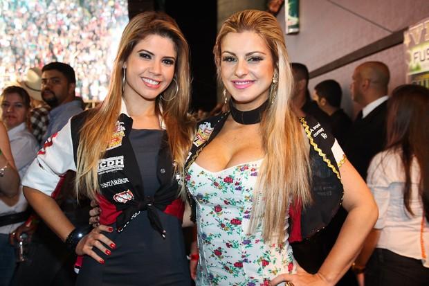 Ex-BBB Cacau e a modelo Deborah Albuquerque posaram juntas em rodeio no interior de São Paulo (Foto: Manuela Scarpa/ Photo Rio News)