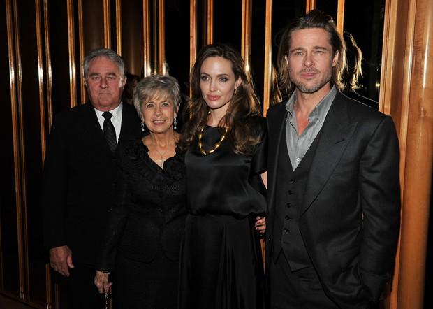 Angelina Jolie, Brad Pitt e seus pais em pré-estreia (Foto: Getty Images)