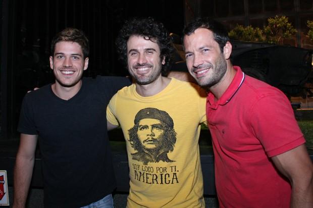 Marco Pigossi, Eriberto Leão e Malvino Salvador após estreia de peça no Rio (Foto: Henrique Olivveira/ Photo Rio News)