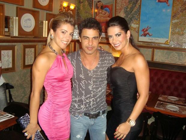 Miss Bumbum e vice do concurso tietam Zezé di Camargo em restaurante de SP (Foto: Divulgação)