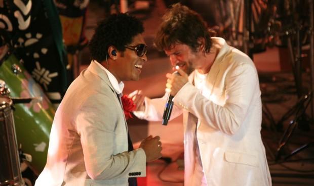 Denny, da Timbalada, com Saulo Fernanades, da banda Eva, em show em Salvador, na Bahia (Foto: Imas Pereira/ Divulgação)